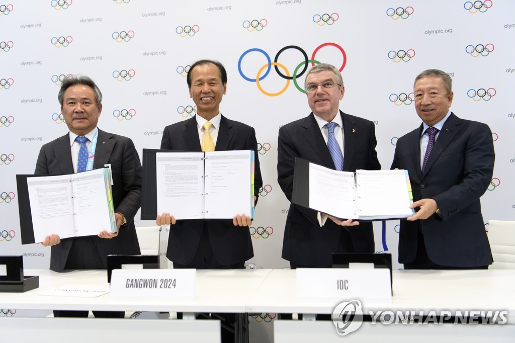 In this EPA photo, South Korean and international Olympic officials hold the contracts for the 2024 Winter Youth Olympics to be held in the South Korean province of Gangwon, during the 135th International Olympic Committee (IOC) Session in Lausanne, Switzerland, on Jan. 10, 2020. From left: Lee Kee-heung, president of the Korean Sport and Olympic Committee, Choi Moon-soon, governor of Gangwon Province, Thomas Bach, president of the IOC, and Ng Ser Miang, an IOC member from Singapore. (Yonhap)