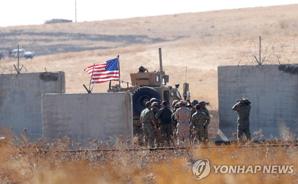(로이터=연합뉴스) 터키군이 8일(현지시간) 국경을 넘어 시리아로 진입한 뒤 미군과 합류하는 모습.