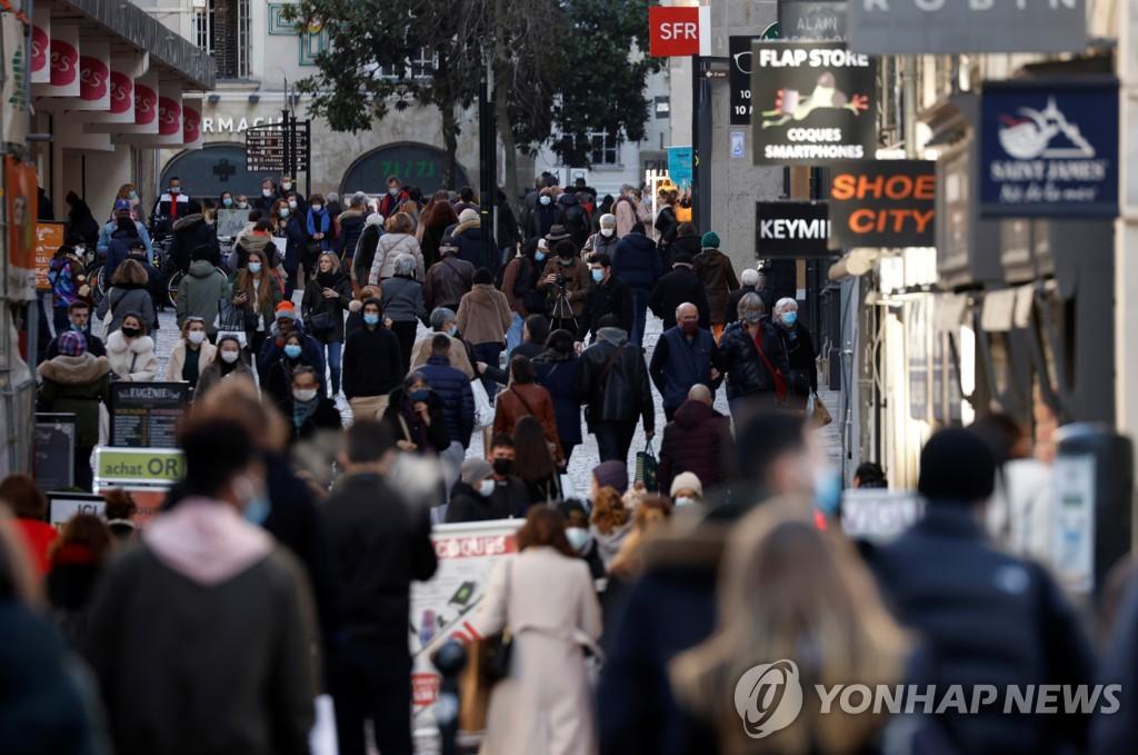 프랑스 낭트 거리 걷는 시민들의 모습