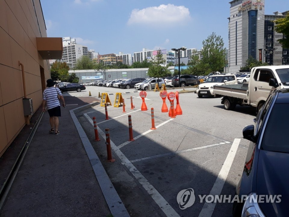 This photo filed on Aug. 8, 2018, shows the parking lot where the suspect allegedly took off with the money in a cash-in-transit robbery last week in Cheonan, South Chungcheong Province, 84 km south of Seoul. (Yonhap)