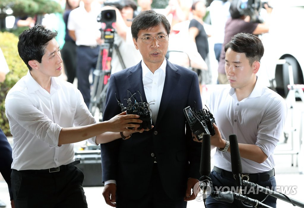 Former South Chungcheong Gov. An Hee-jung enters the courthouse in western Seoul to attend his sentencing trial on sexual abuse charges on Aug. 14, 2018. (Yonhap)