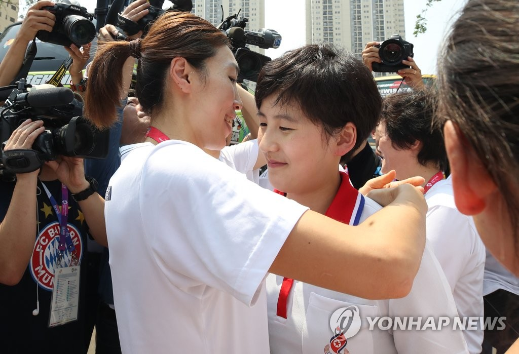 In this file photo from Sept. 3, 2018, Lim Yung-hui of South Korea (L), captain of the unified Korean women's basketball team, embraces Kim Hye-yon of North Korea after the conclusion of the 18th Asian Games in Jakarta. (Yonhap)