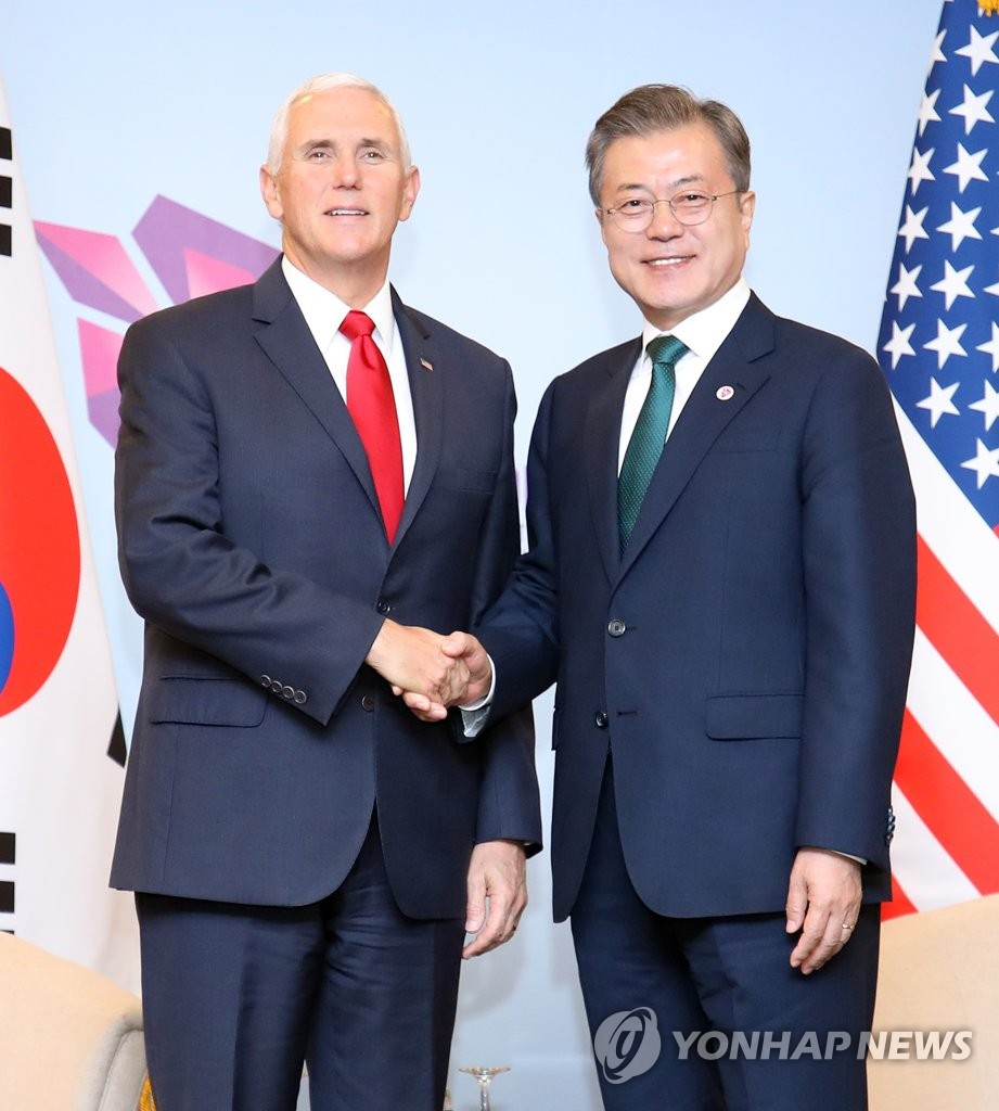 South Korean President Moon Jae-in shakes hands with U.S. Vice President Mike Pence during a meeting in Singapore on Nov. 15, 2018. (Yonhap)