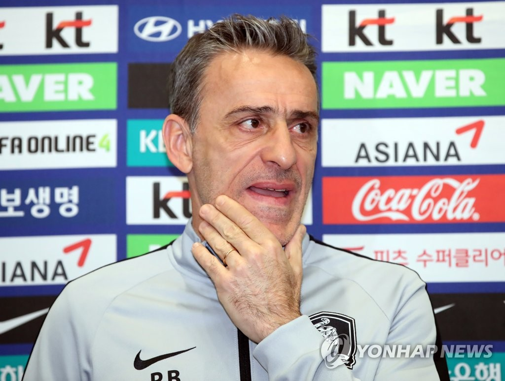 South Korea national football team head coach Paulo Bento speaks to reporters at Incheon International Airport in Incheon on Nov. 21, 2018. (Yonhap)