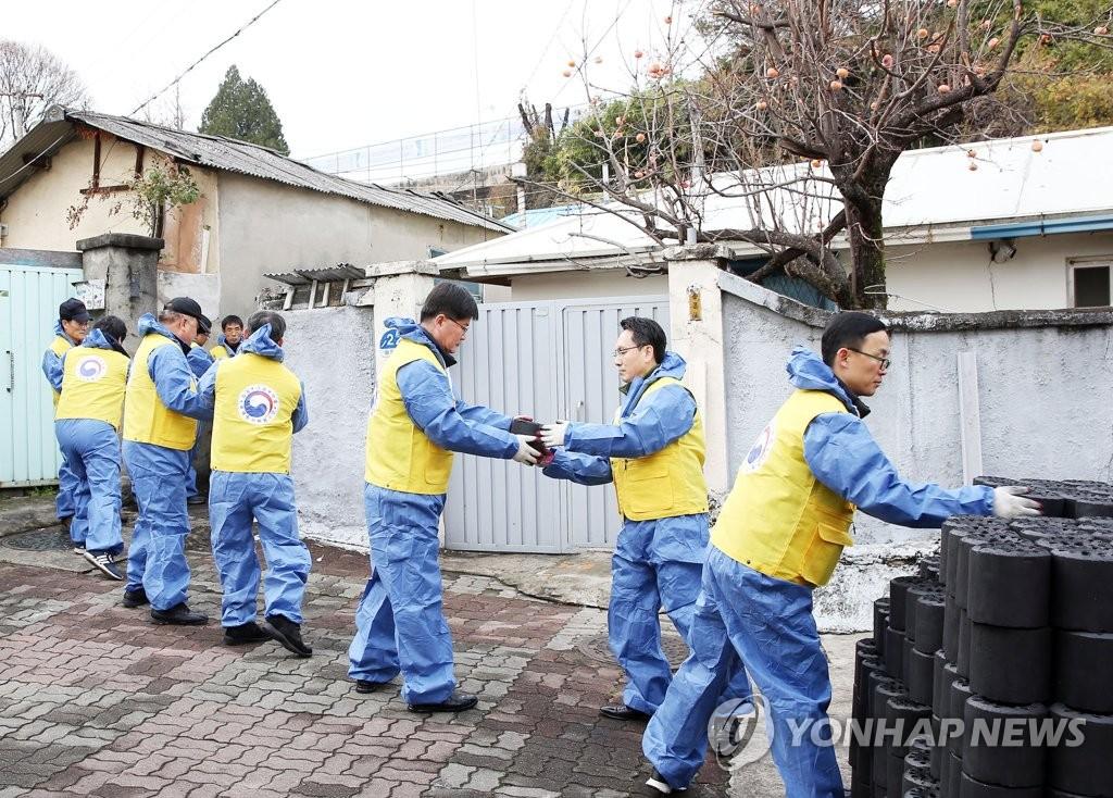대전국세청 '사랑의 연탄 나눔'
