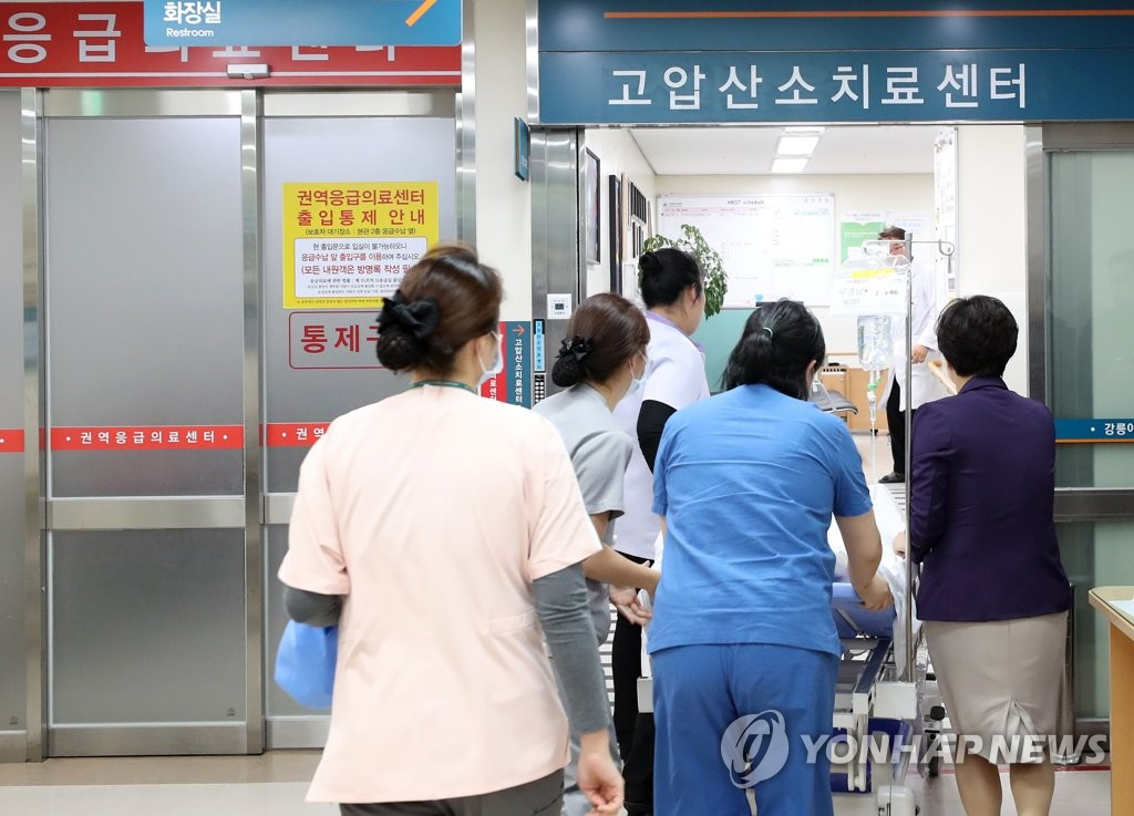 A high school student is transferred to a hyperbaric oxygen treatment center at Gangneung Asan Hospital in Gangneung, 230 kilometers east of Seoul, on Dec. 18, 2018, after being found unconscious at a pension in the city earlier in the day. Three were found dead and seven others unconscious there. (Yonhap)