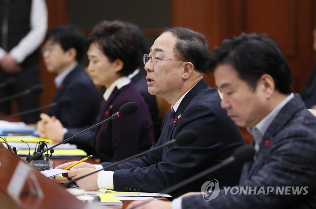 Hong Nam-ki (2nd from R), the minister of economy and finance, speaks in a meeting with other ministers at the government building in central Seoul on Dec. 19, 2018. (Yonhap)