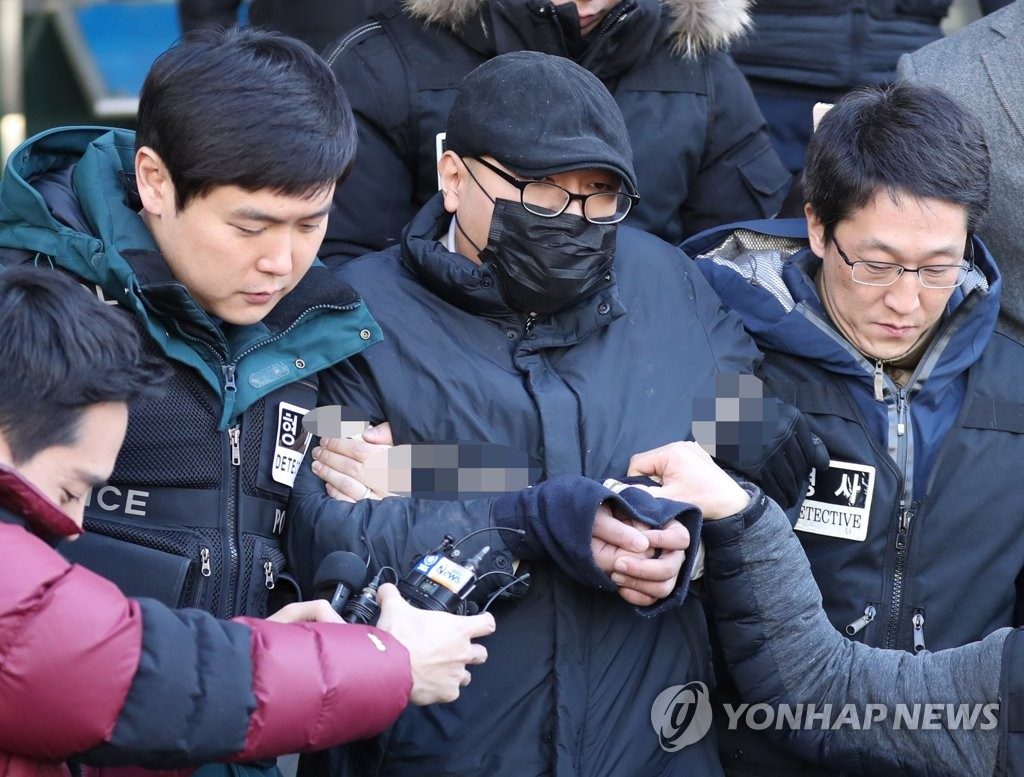 This photo taken on Jan. 2, 2019, shows the suspect surnamed Park, wearing a black mask, headed for a court hearing on his arrest warrant. (Yonhap)
