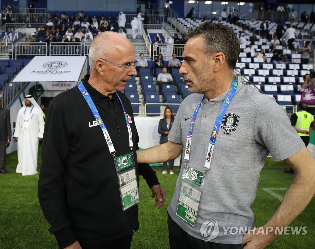 Paulo Bento (R), head coach of the South Korean men's football team, speaks with Sven-Goran Eriksson, his counterpart for the Philippines, ahead of their Group C match of the Asian Football Confederation Asian Cup at Al Maktoum Stadium in Dubai, the United Arab Emirates, on Jan. 7, 2019. (Yonhap)