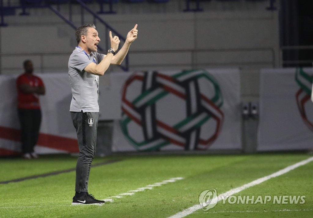 South Korea men's football coach Paulo Bento directs his players against the Philippines in the teams' Group C match of the Asian Football Confederation Asian Cup at Al Maktoum Stadium in Dubai, the United Arab Emirates, on Jan. 7, 2019. (Yonhap)