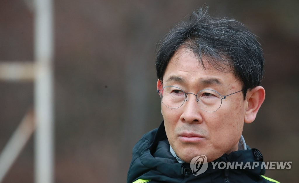 South Korea women's national football team head coach Yoon Duk-yeo watches his team training at the National Football Center in Paju, north of Seoul, on Jan. 10, 2019. (Yonhap)