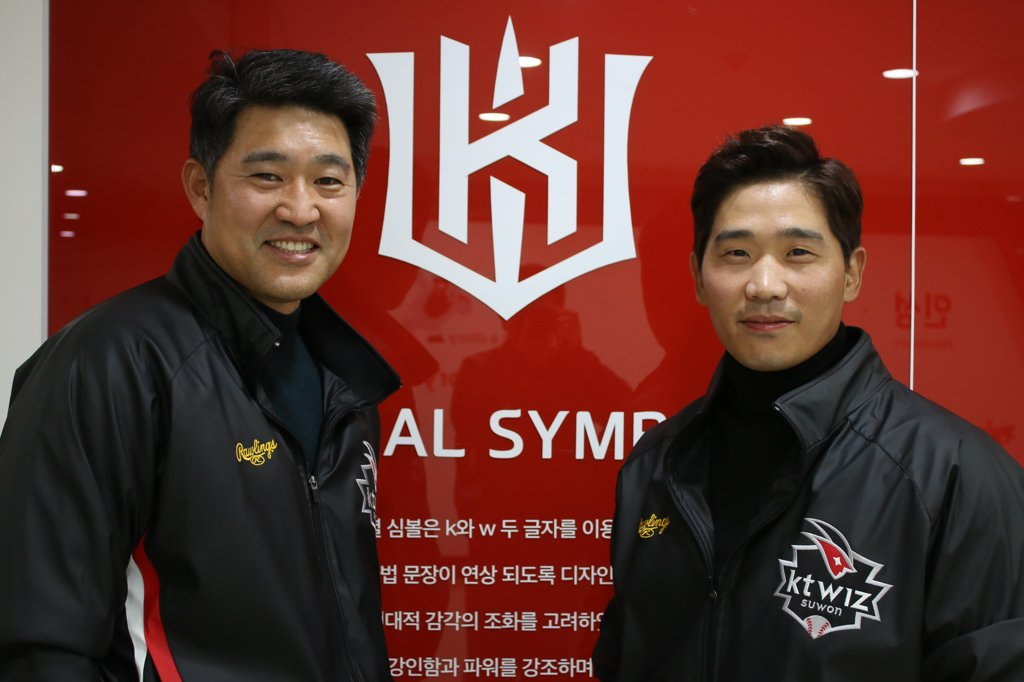 In this photo provided by the KT Wiz baseball club on Jan. 21, 2019, infielder Park Kyung-su (R) stands next to his general manager, Lee Soong-yong, after agreeing to a new three-year contract with the Korea Baseball Organization team. (Yonhap)
