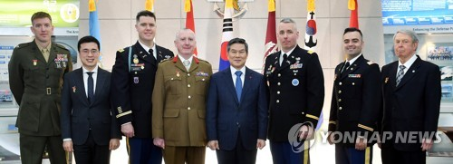 Minister cites 8 USFK, UNC soldiers for contribution to peace efforts