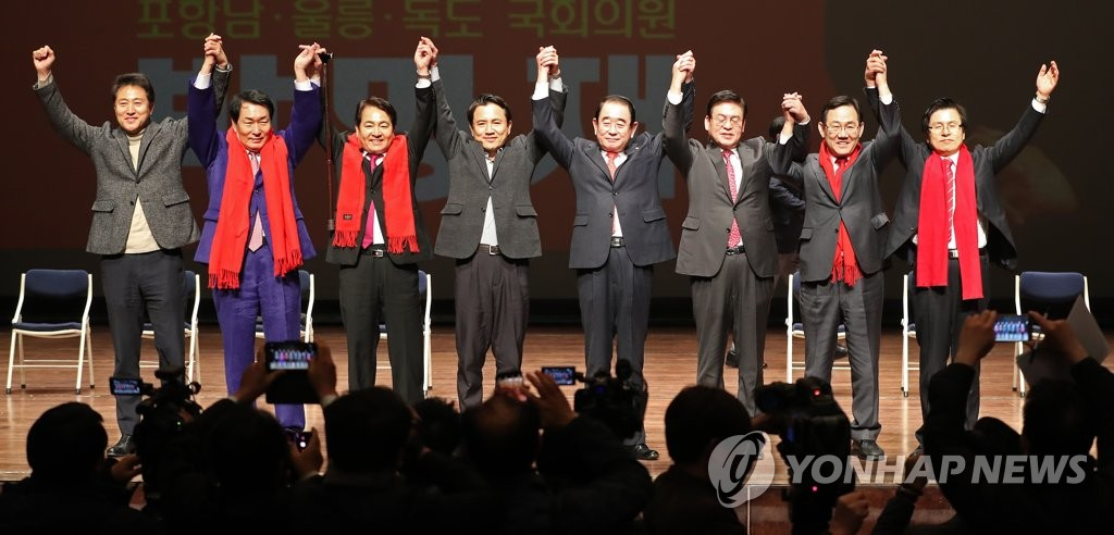 Seven contenders in the leadership election for the main opposition Liberty Korea Party (LKP) and an LKP lawmaker pose for a photo at an event with party members in Pohang, 370 kilometers southeast of Seoul, on Feb. 8, 2019. (Yonhap)