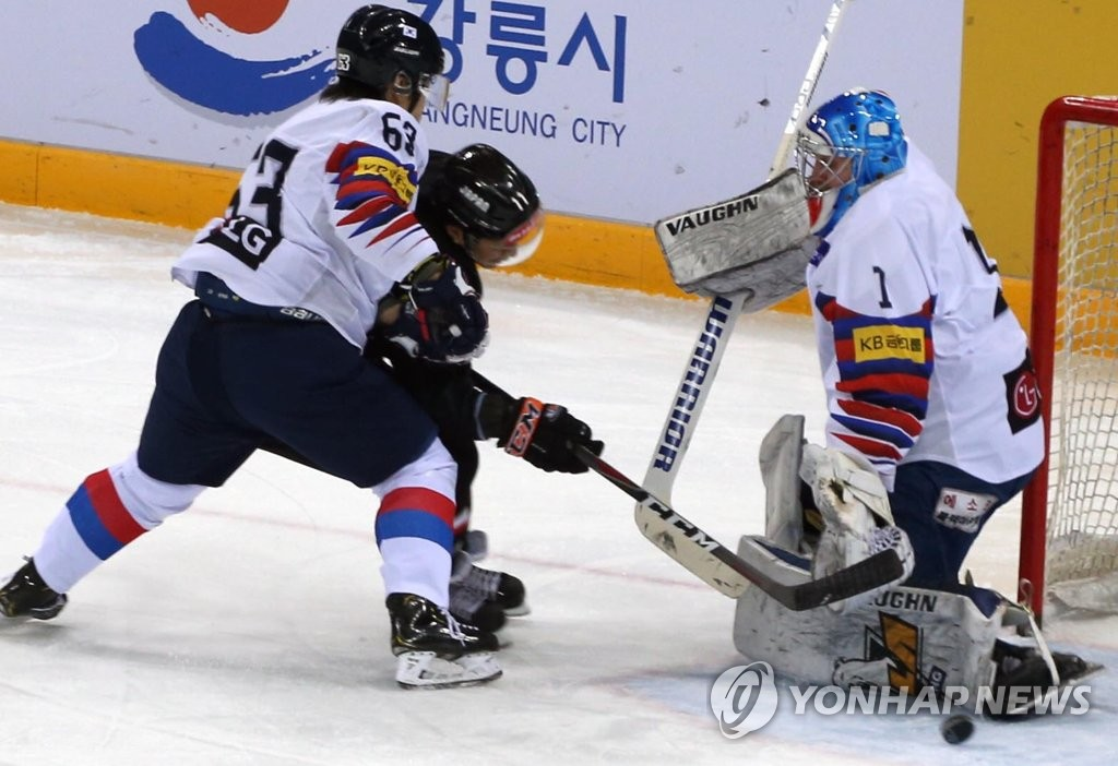 Matt Dalton of South Korea (R) makes a save against Japan during the teams' final match at the Legacy Cup men's hockey tournament at Gangneung Hockey Centre in Gangneung, 230 kilometers east of Seoul, on Feb. 8, 2019. (Yonhap)