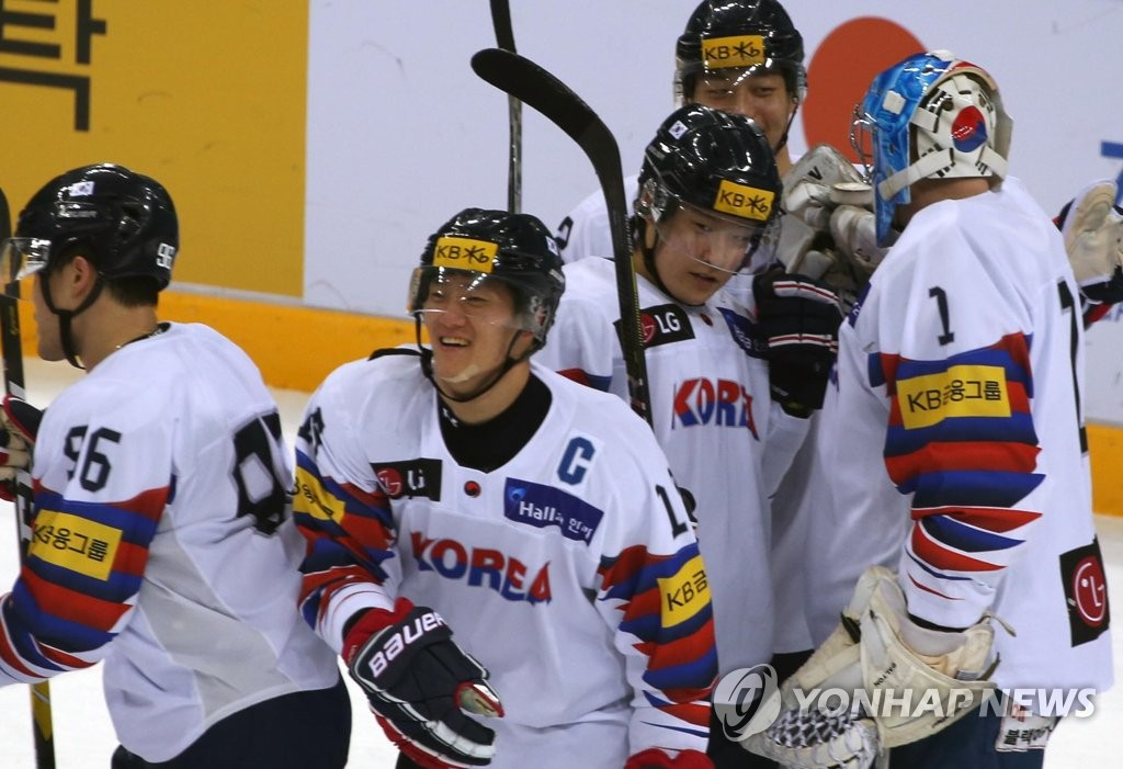 South Korean players celebrate their 2-0 victory over Japan at the Legacy Cup men's hockey tournament at Gangneung Hockey Centre in Gangneung, 230 kilometers east of Seoul, on Feb. 8, 2019. (Yonhap)