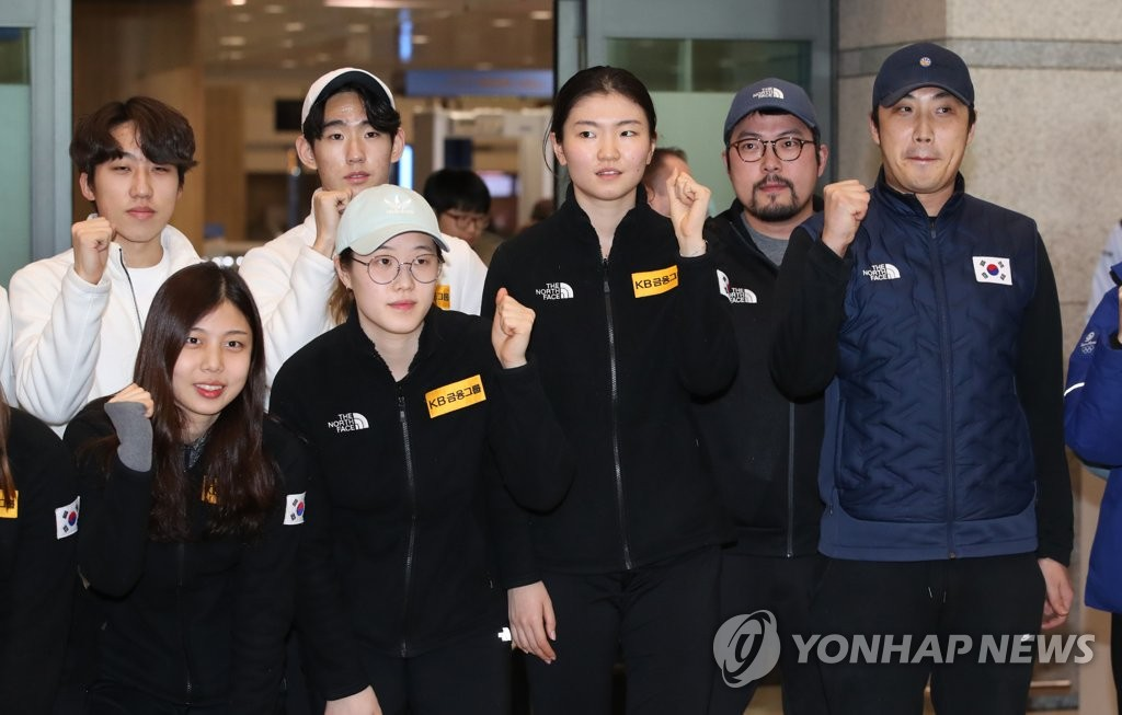 South Korea's national short track speed skating team head coach Song Kyung-taek (R) poses for a photo with his athletes at Incheon International Airport in Incheon, west of Seoul, on Feb. 12, 2019. (Yonhap)