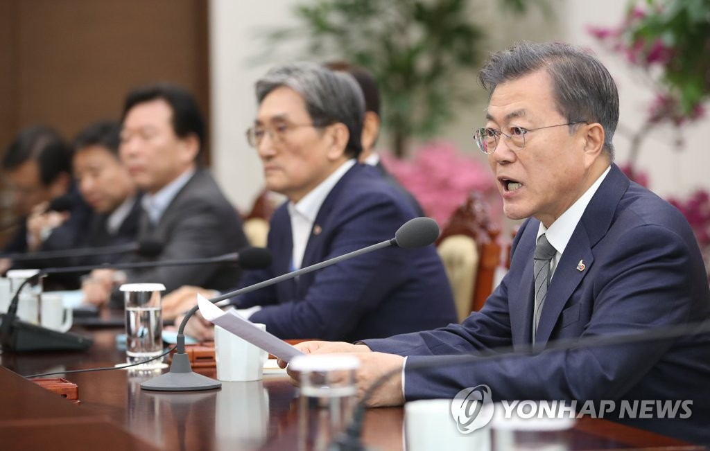 President Moon Jae-in (R) speaks in a weekly meeting with his senior secretaries and aides held at his office Cheong Wa Dae in Seoul on Feb. 18, 2019. (Yonhap)