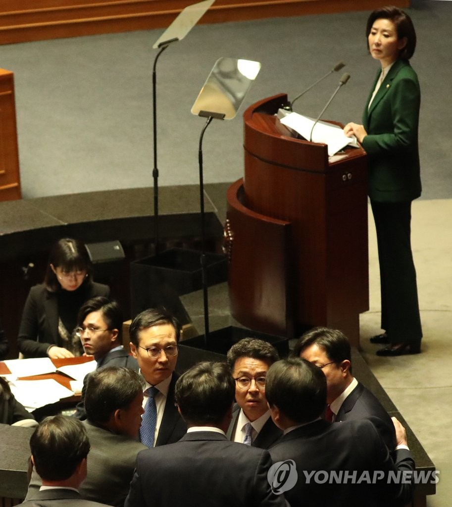 Ruling Democratic Party lawmakers protest against their counterparts of the main opposition Liberty Korea Party (LKP) at the National Assembly on March 12, 2019, over LKP floor leader Na Kyung-won's speech, in which she called President Moon Jae-in a senior spokesman for North Korean leader Kim Jong-un. (Yonhap)