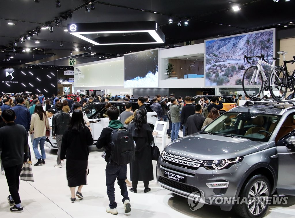 In this photo, taken on March 29, 2019, consumers look at vehicles displayed at the Seoul Motor Show, held at the KINTEX exhibition hall in Goyang, just north of Seoul. (Yonhap)