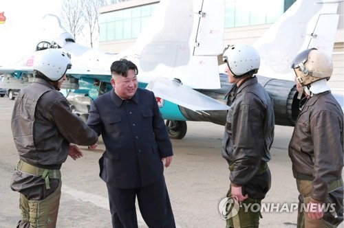 (LEAD) Kim Jong-un assiste au test d'une nouvelle arme tactique guidée