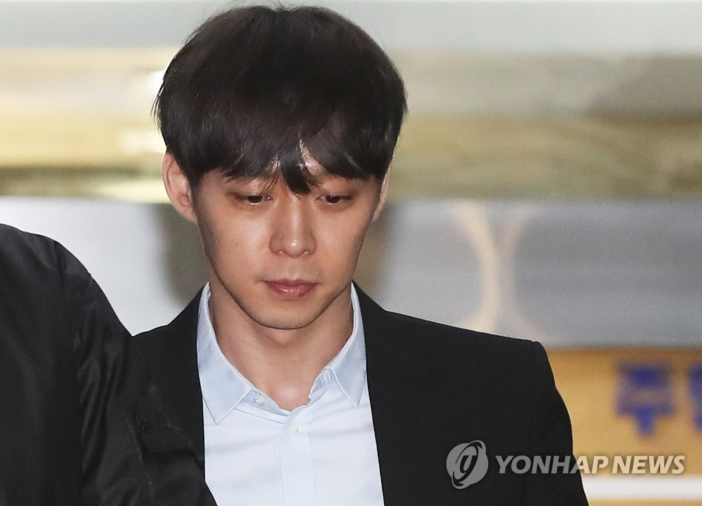 Park Yoo-chun, an actor and member of boy band JYJ, shows up after undergoing a police investigation in Suwon, south of Seoul, on April 17, 2019, over his alleged drug use. (Yonhap)