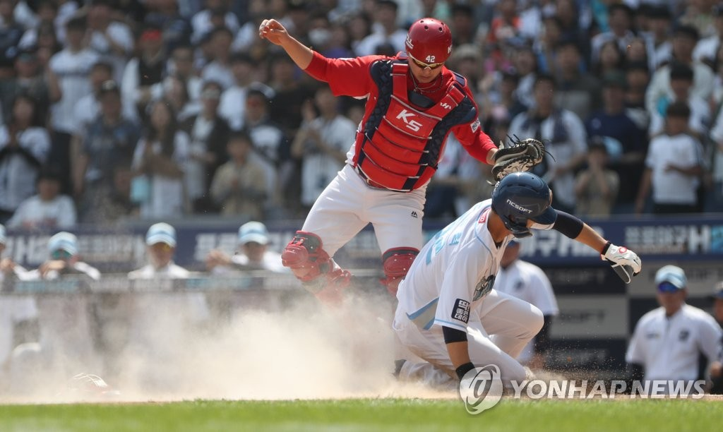 In this file photo from May 5, 2019, No Jin-hyuk of the NC Dinos (R) is thrown out at home plate against the Kia Tigers in the bottom of the first inning of a Korea Baseball Organization regular season at Changwon NC Park in Changwon, 400 kilometers southeast of Seoul. (Yonhap)