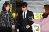 (LEAD) Court denies arrest warrant for Seungri on embezzlement, pimping charges