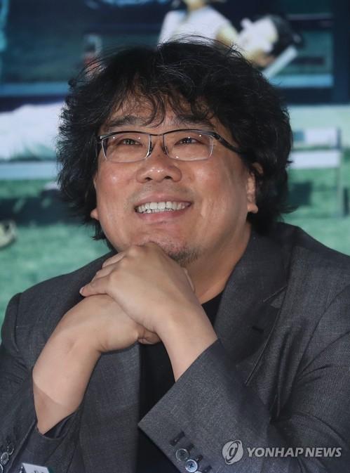 환하게 웃는 봉준호 감독