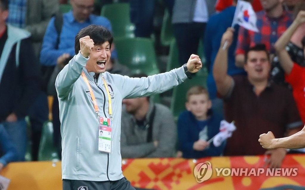 South Korea head coach Chung Jung-yong celebrates his team's victory over Senegal in the quarterfinals of the FIFA U-20 World Cup at Bielsko-Biala Stadium in Bielsko-Biala, Poland, on June 8, 2019. (Yonhap)