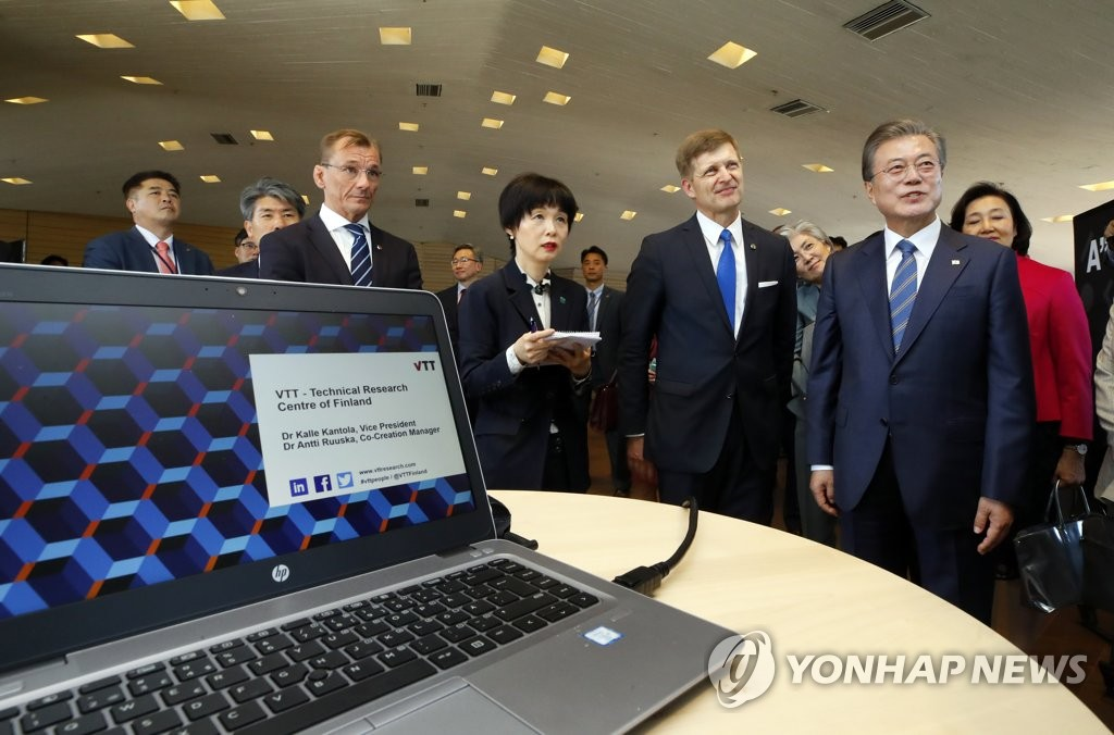 South Korean President Moon Jae-in (R) visits the VTT Technical Research Center of Finland in the Otaniemi district, called the Silicon Valley of Europe, on June 10, 2019. (Yonhap)