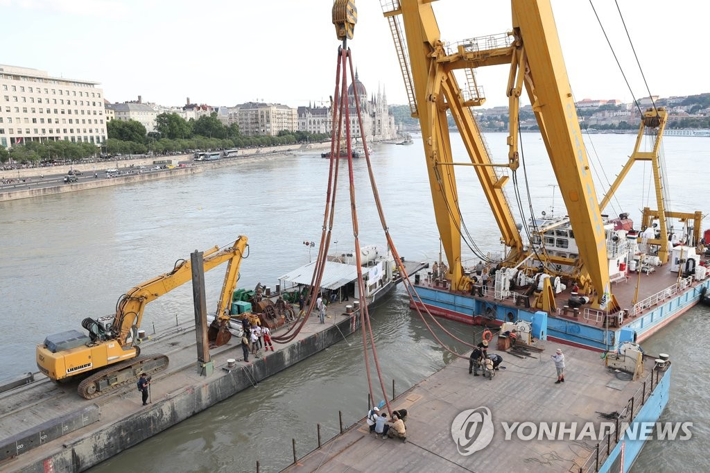 Final preparations are under way on a floating crane and barges in Budapest, Hungary, on June 10, 2019, that have been set up to salvage the Hableany sightseeing boat that sank from a deadly collision that left 26 South Koreans dead or missing. (Yonhap)