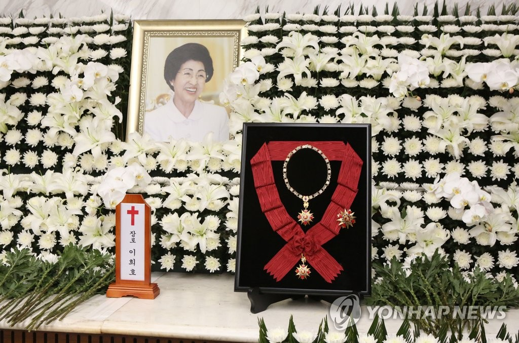 The state-awarded Grand Mugunghwa Medal, the country's highest order of civil merit, is placed at an altar in Seoul on June 11, 2019, for Lee Hee-ho, the widow of former President Kim Dae-jung. Lee died the previous day at age 96. (Yonhap)