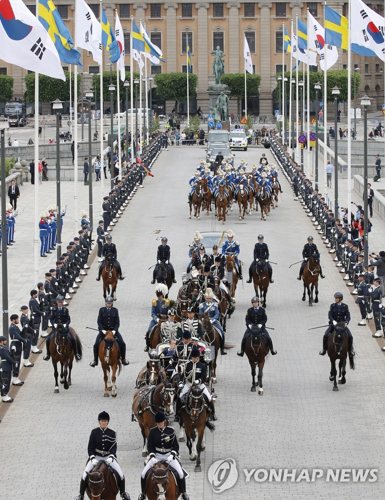 A carriage carrying South Korean President Moon Jae-in arrives at the Royal Palace in Stockholm on June 14, 2019. (Yonhap)