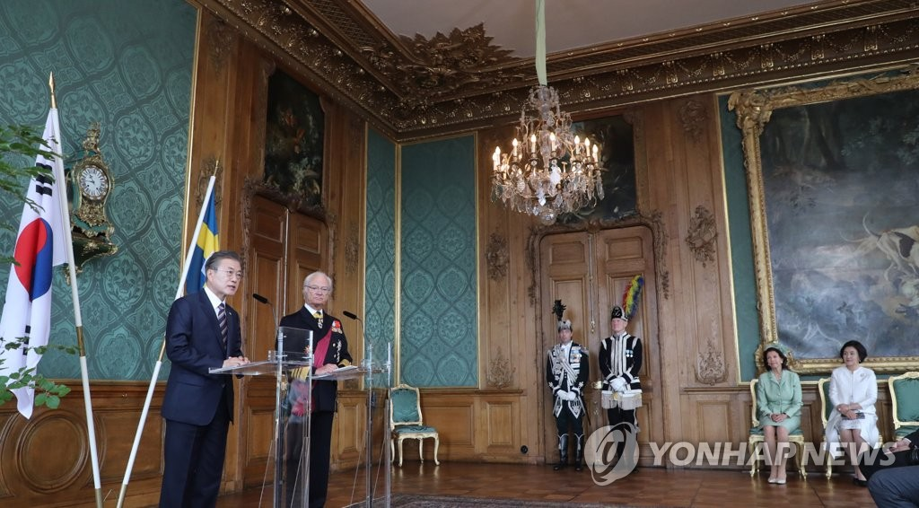 President Moon Jae-in and King Carl XVI Gustaf of Sweden issue brief statements after a welcoming ceremony at the Royal Palace in Stockholm on June 14, 2019. (Yonhap)