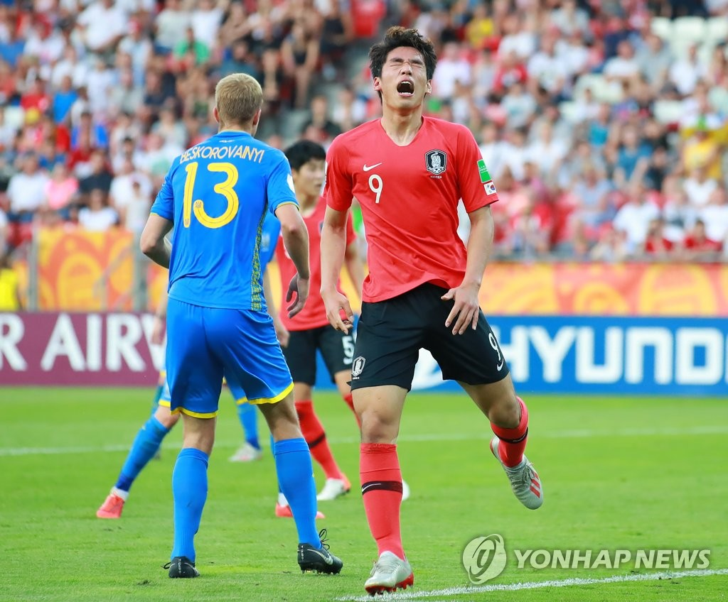 Oh Se-hun of South Korea (R) reacts to a missed scoring chance against Ukraine in the FIFA U-20 World Cup final at Lodz Stadium in Lodz, Poland, on June 15, 2019. (Yonhap)