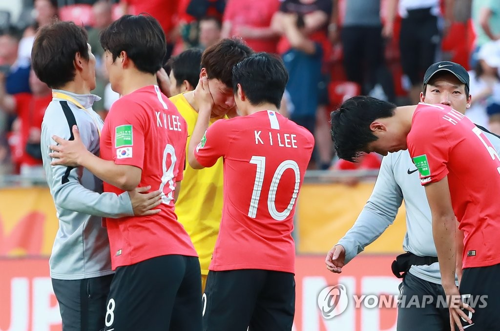 South Korean players console each other after losing to Ukraine 3-1 in the FIFA U-20 World Cup final at Lodz Stadium in Lodz, Poland, on June 15, 2019. (Yonhap)