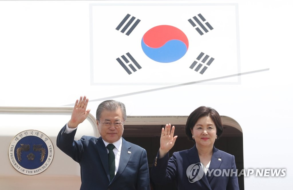 President Moon Jae-in and first lady Kim Jung-sook wave after returning to South Korea from a Northern Europe tour on June 16, 2019. (Yonhap)