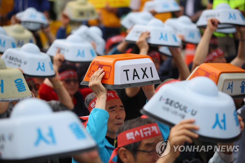 In this file photo taken June 19, 2019, taxi drivers hold a rally to protest against new ride service providers, such as the van-hailing service Tada, in front of the transportation ministry in the administrative city of Sejong. (Yonhap)