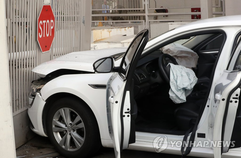 A car sits in front of the U.S. Embassy in Seoul on June 25, 2019, after crashing into the embassy's front gate. (Yonhap)