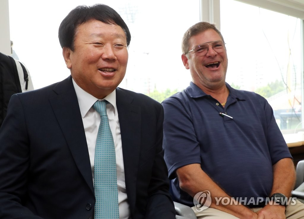 Sun Dong-yol (L), former South Korean national baseball team manager, and New York Yankees' Pacific Rim scouting coordinator Steve Wilson share a laugh during a press conference on July 11, 2019, at Mokdong Stadium in Seoul, where Sun announced he will join the Yankees in spring training in 2020. (Yonhap)