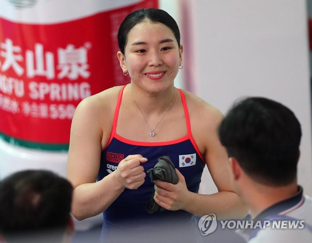 女子1メートル板飛び込みの競技中に明るい表情を見せるキム・スジ=(聯合ニュース)