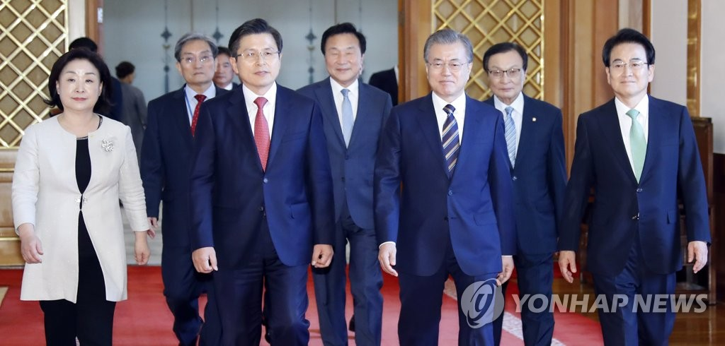 President Moon Jae-in (3rd from R) walks with the heads of five political parties towards a Cheong Wa Dae meeting room in Seoul on July 18, 2019. (Yonhap)