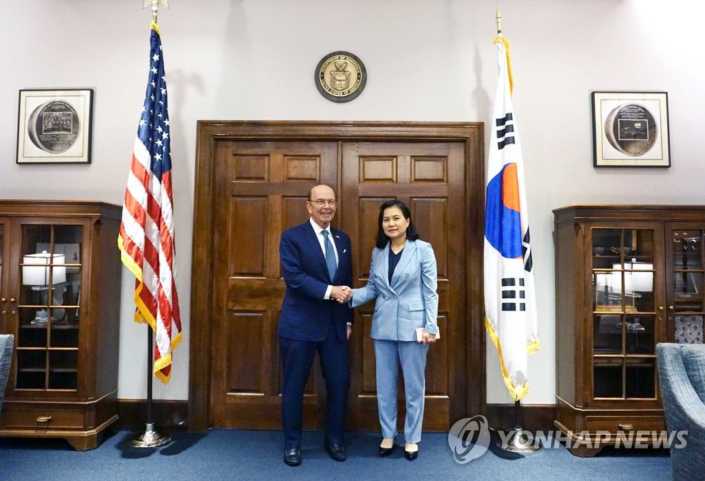 South Korean Trade Minister Yoo Myung-hee (R) shakes hands with U.S. Commerce Secretary Wilbur Ross in Washington on July 25, 2019, in this photo provided by the Ministry of Trade, Industry and Energy. (PHOTO NOT FOR SALE) (Yonhap)
