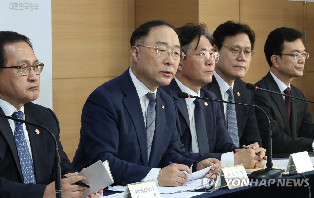 Hong Nam-ki (2nd from L), minister of economy and finance, speaks in a news conference with other senior officials at a government building in central Seoul on Aug. 2, 2019. (Yonhap)