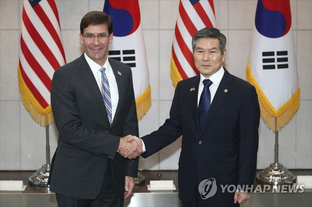 South Korean Defense Minister Jeong Kyeong-doo (R) and U.S. Secretary of Defense Mark Esper pose for a photo prior to their talks at the defense ministry in Seoul on Aug. 9, 2019. (Yonhap)