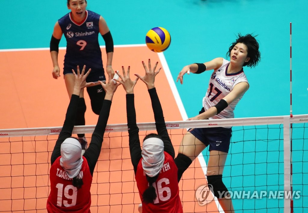 Lee Jae-yeong of South Korea (R) hits a spike against Iran during the teams' Pool A match at the Asian Women's Volleyball Championship at Jamsil Arena in Seoul on Aug. 18, 2019. (Yonhap)