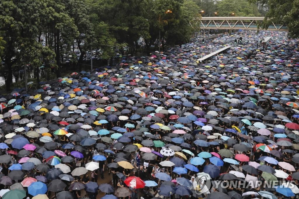 홍콩 빅토리아 공원의 끝없는 우산 행렬