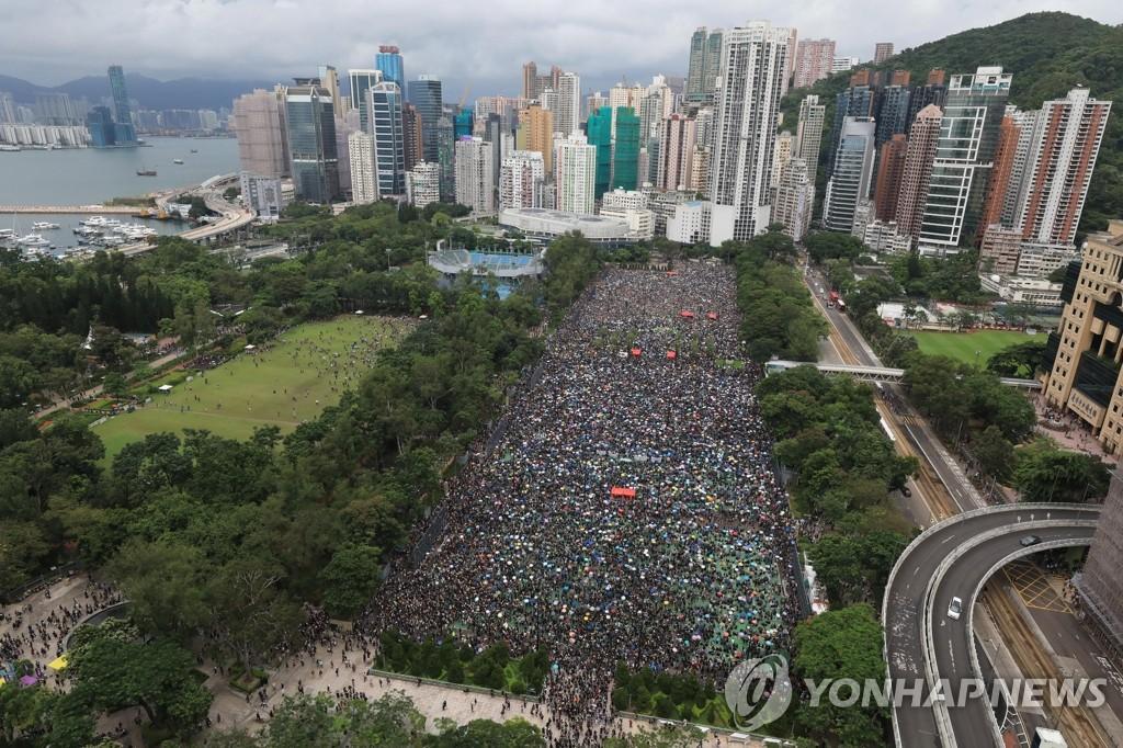 빅토리아 공원에 운집한 홍콩 시민들…'비폭력' 마무리