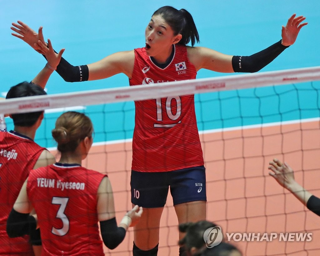 Kim Yeon-koung of South Korea (R) celebrates a point against Thailand during the teams' second-round match at the Asian Women's Volleyball Championship at Jamsil Arena in Seoul on Aug. 23, 2019. (Yonhap)